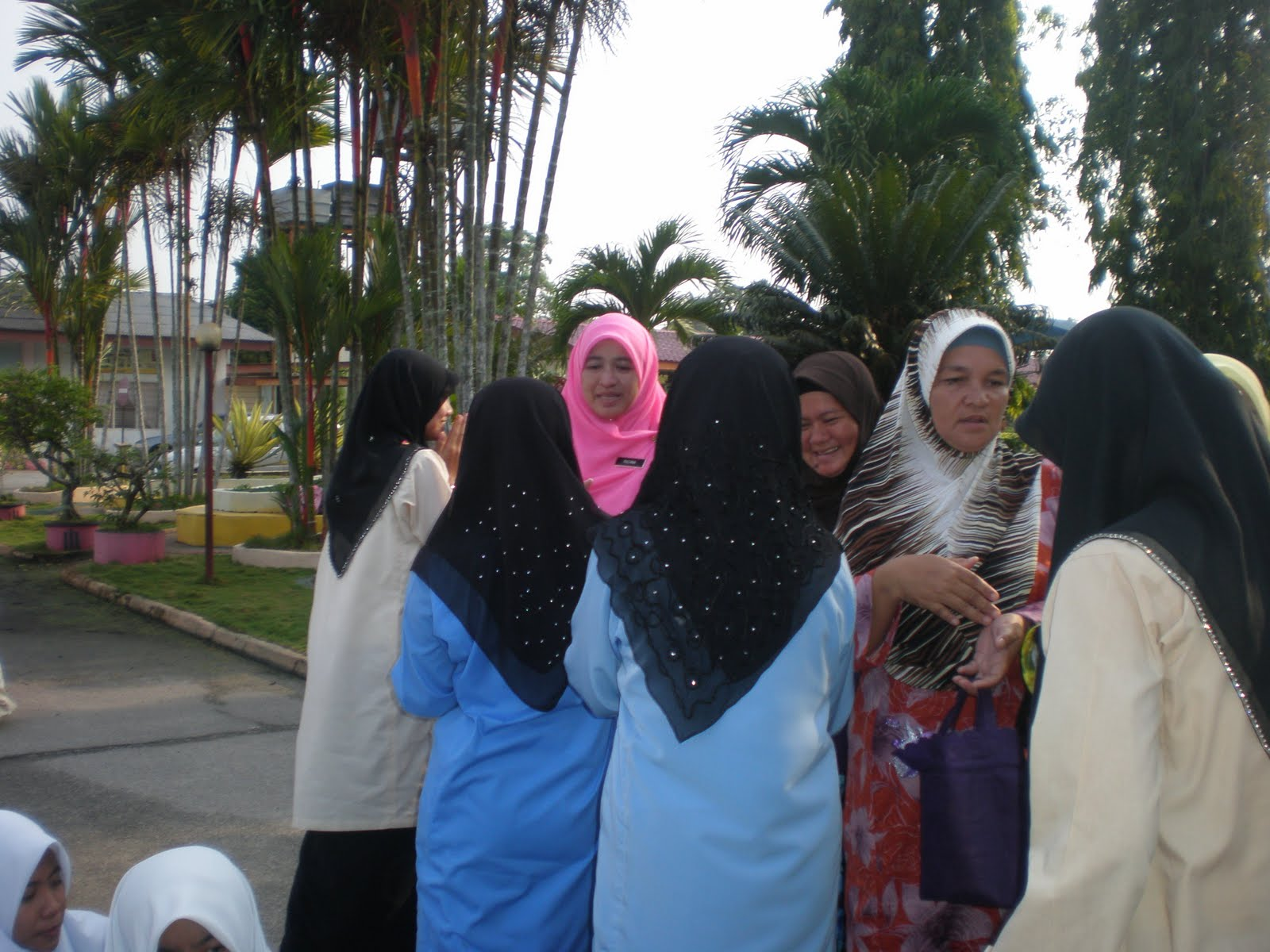 Para Peserta Khatam al-Quran bersalaman dengan barisan guru dan