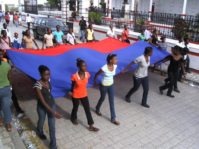 De jeunes lycéens préparent la fête du drapeau, le 18 mai 2009.