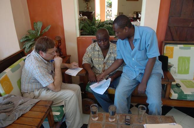 Mayko Michael, Jean Guy Cherenfant (translator) et Cyrus Sibert analysant un dossier confidentiel.