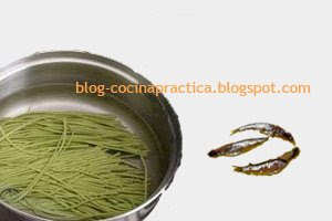 Spaghetti de Espinacas y Anchoas, ingredientes vitales de esta Fácil Receta de Cocina con Pasta.