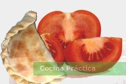 Empanada ovolactovegetariana y tomate, ingrediente que le da a esta receta ese toque inigualable.