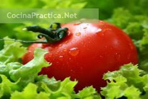 Tomates y lechuga, ingredientes de este primer plato.