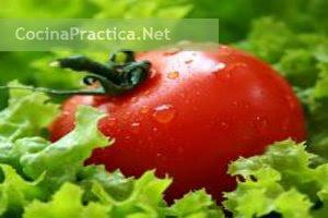 Tomates y lechuga, ingredientes de este primer plato.