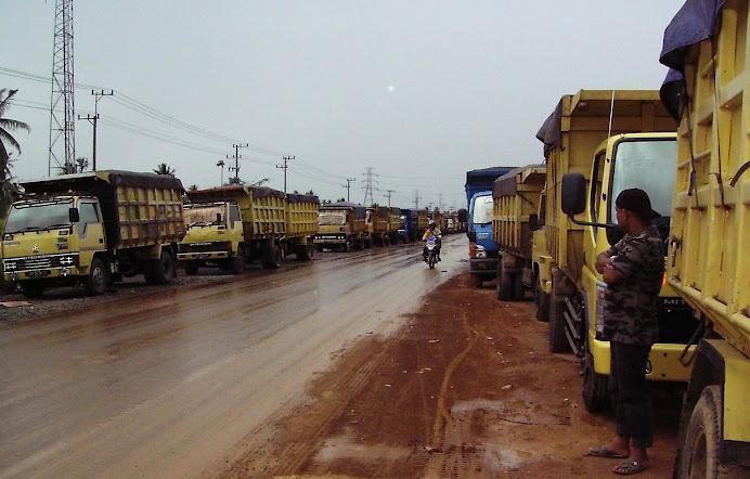 angkutan batubara menunggu masuk kota banjarmasin