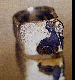 Anello di Antonio Piluso in metallo prezioso non lucido, ma trattato in modo che sembri pietra lavica