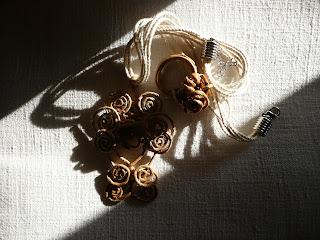 Gioielli di carta, filo, corda, tessuto, legno, metallo ed altri materiali poveri - ciondolo 2