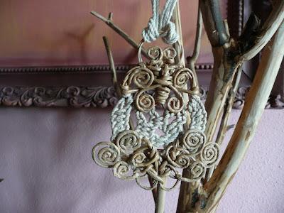 Gioielli d'arte in carta, filo, corda, tessuto, legno, metallo ed altri materiali poveri - estate 2010 - ciondolo 7