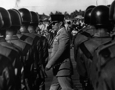 Presiden Soekarno Memeriksa Pasukan