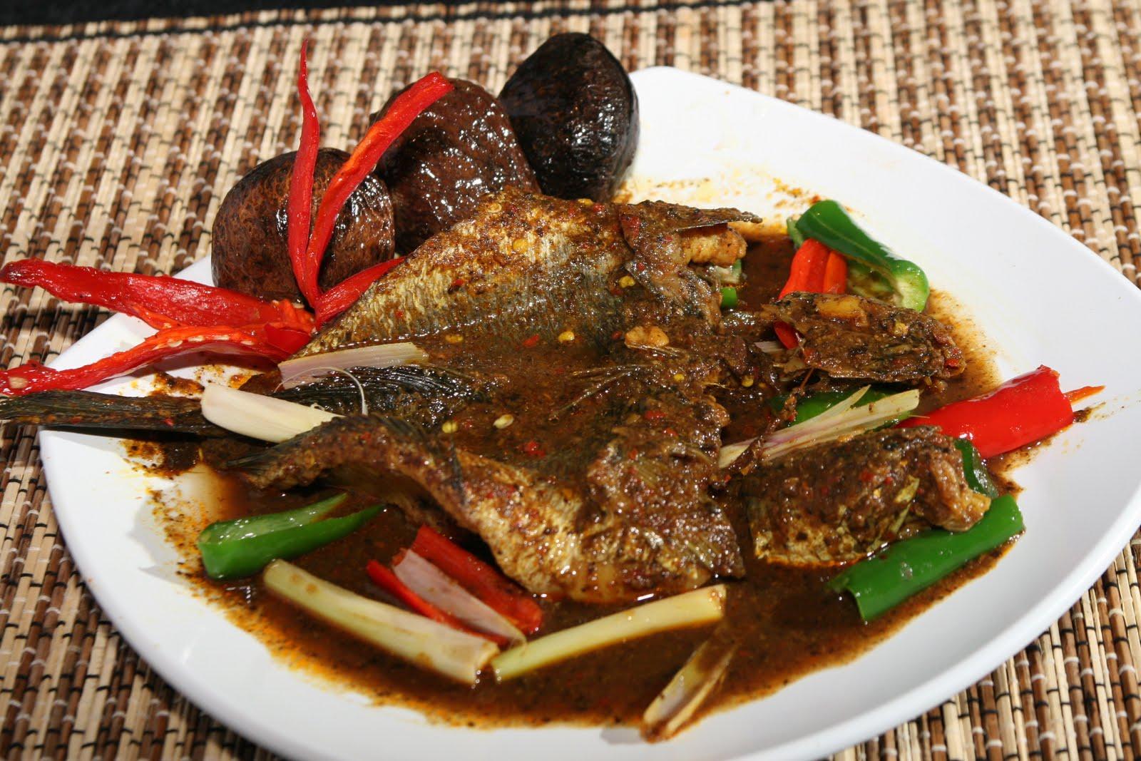 Ikan gabus pucung dimana cara pemasakannya memakai bumbu dasar kluwek