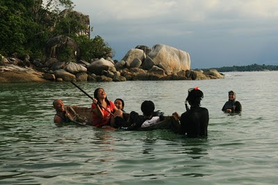 Bermain air di teluk Pulau Tukong