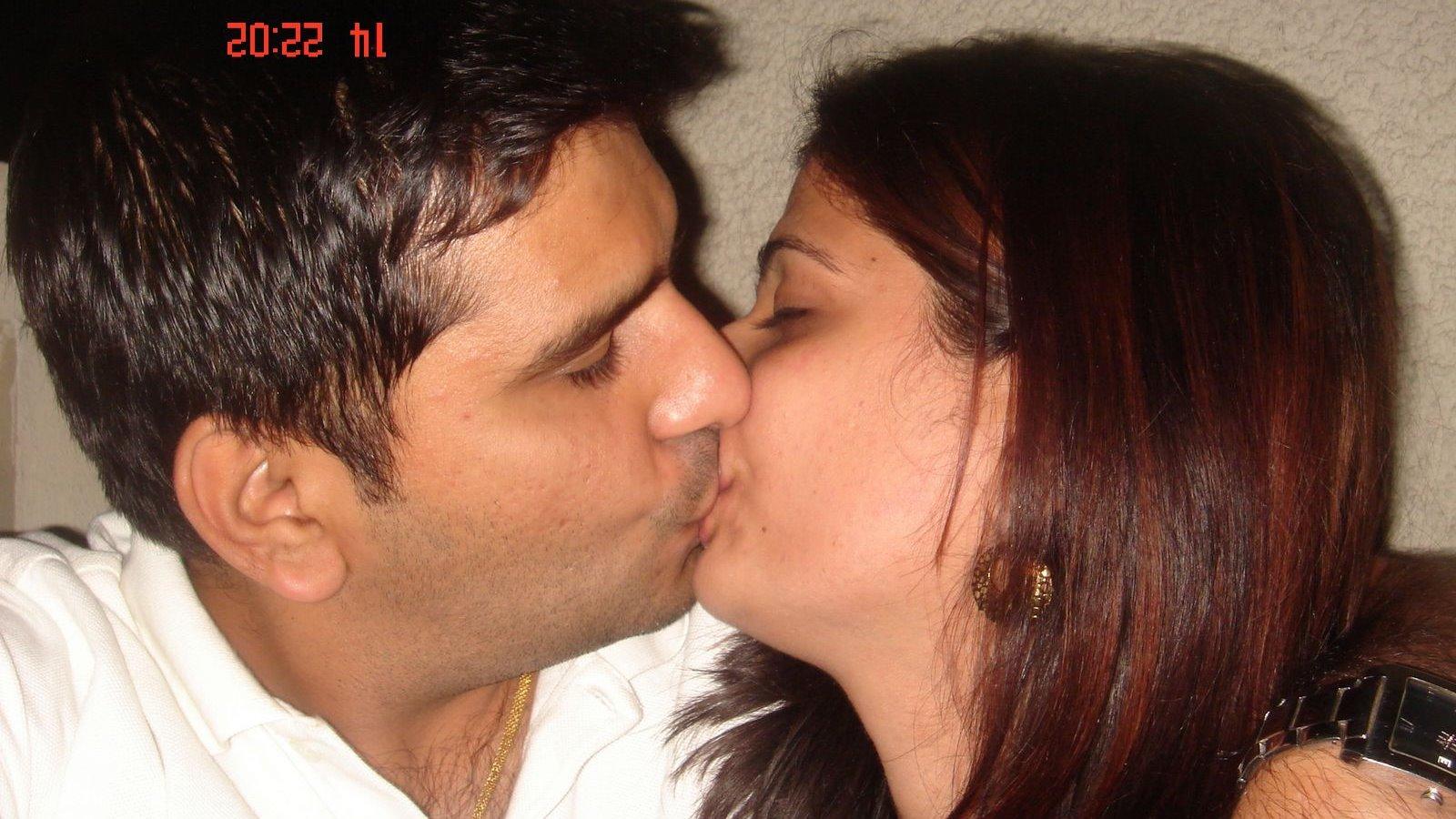 http://4.bp.blogspot.com/_X5dRUjVVJio/TB88LAAeBCI/AAAAAAAAB5o/i8hhtvgbgnY/s1600/desi+kiss+(2).jpg