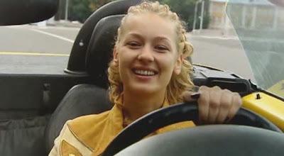 фото актрисы, блондинки за рулем.
