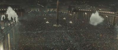 Толпа на площади в Риме. Кадр из фильма.