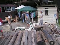 家の材料になる電柱と枕木