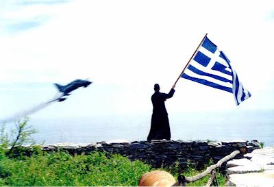 Άγιον Όρος - Ο Γέροντας Ιωσήφ κυματίζοντας τη Γαλανόλευκη χαιρετά τους Έλληνες Ικάρους.
