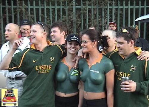 mulher com corpo pintado nua choca no dia de um jogo de futebol internacional