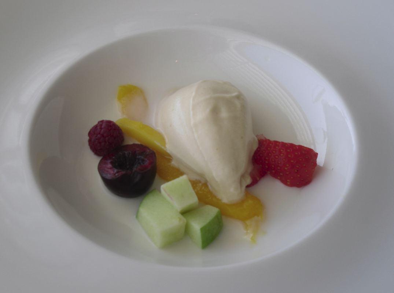 Crema de almendras con torrija y helado de frutas de Aragón