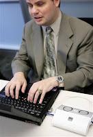 João Manuel finge escrever à máquina