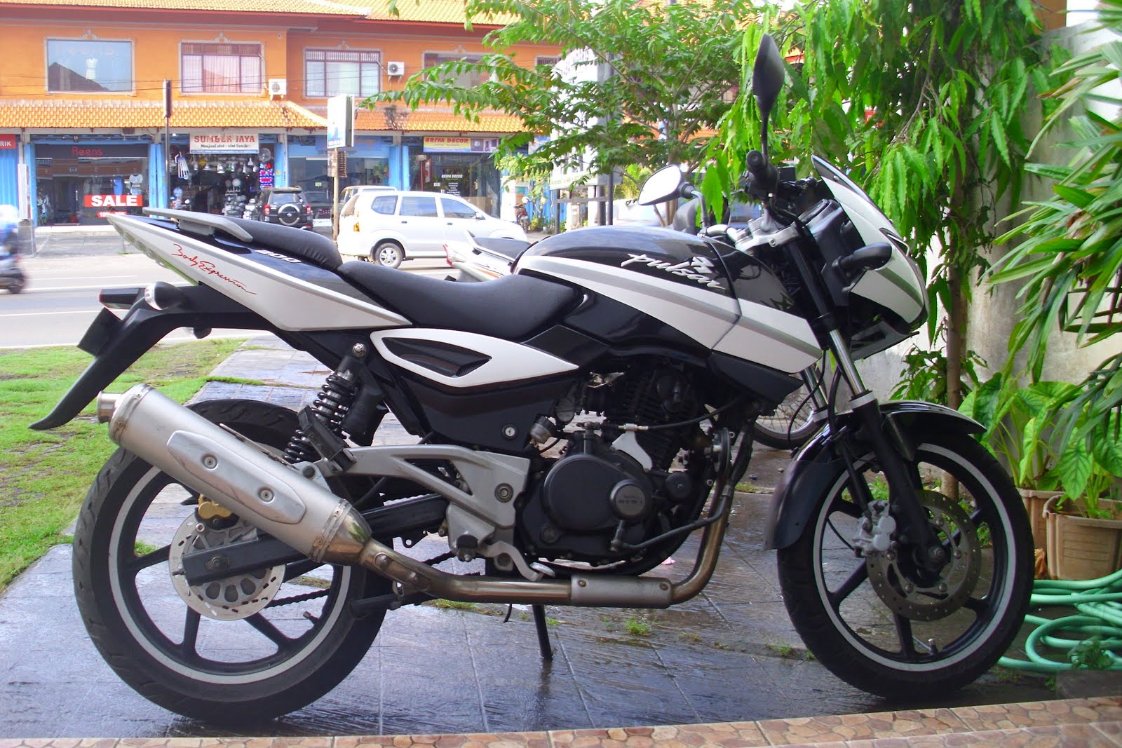 Bajaj pulsar 200 cc sticker modification