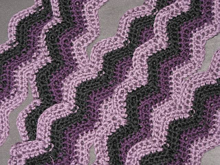Bernat: Pattern Detail - Baby Bubbles - Zig-Zag Lace Blanket (knit)