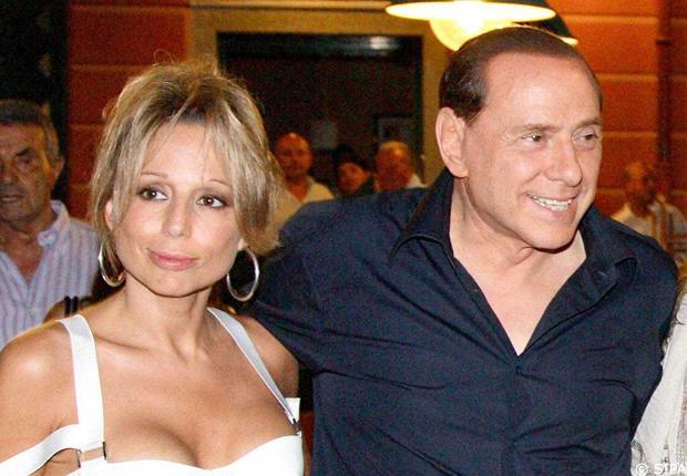 Marina, che prova ad essere sex, e Silvio Berlusconi. Foto dalla rete