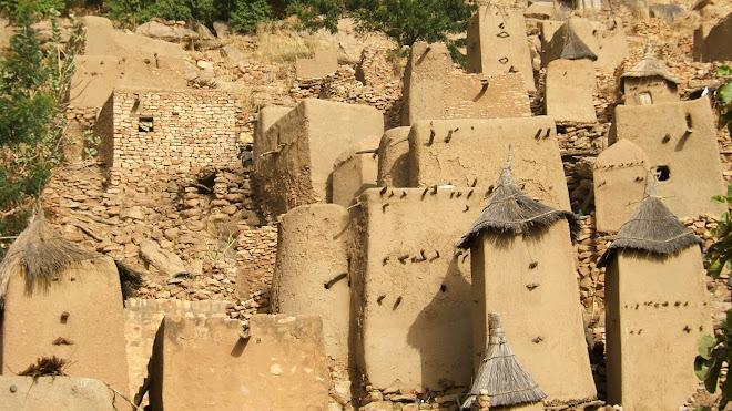 Village Dogon collé à la montagne