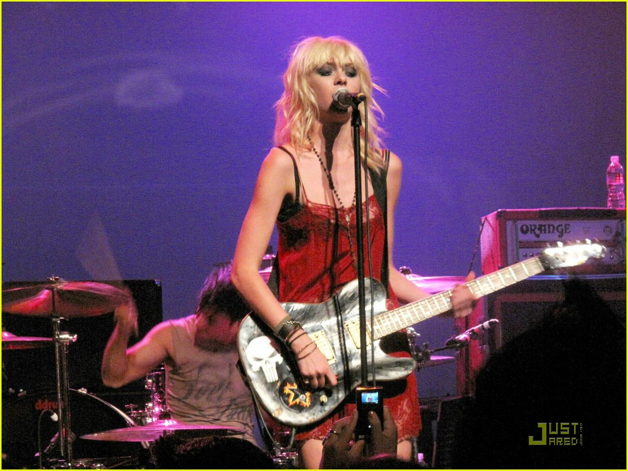 http://4.bp.blogspot.com/_XOeVc3fO9-8/TGpV1uMlu4I/AAAAAAAAAlY/Vhh3E8WtKnY/s1600/taylor-momsen-pretty-reckless-01.jpg
