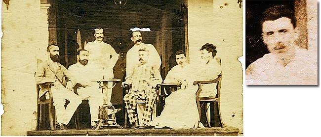 Sur le perron de l'hôtel de l'Univers à Aden en Abyssinie, Rimbaud est assis à droite, près de la femme (photo de groupe) © Alban Caussé et Jacques Desse