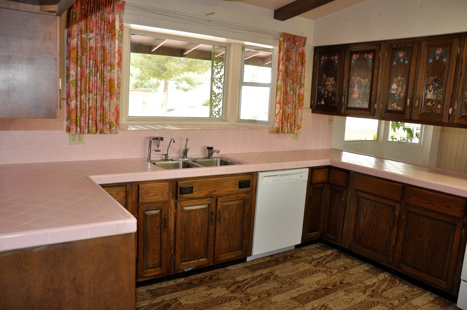 Pink plastic inserts in the upper cabinets.