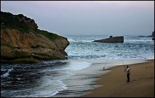 pescador libera pez mar