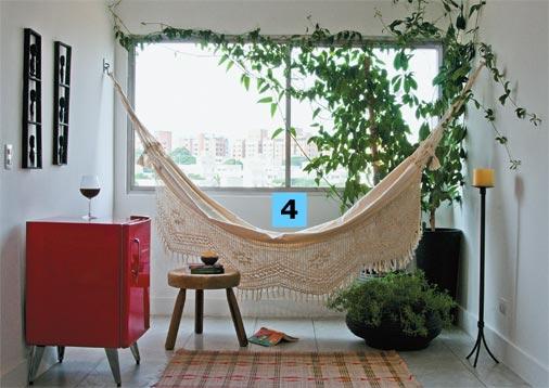 decoracao alternativa de quartos: de leitura com rede. Mais uma vez vê-se o uso de poucos móveis e bem