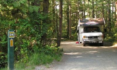 Motorhome parkeret på Green Point campingpladsen i Pacific Rim National Park, Vancouver Island, Canada