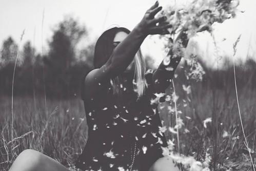 Foto bardh e zi! Grey,woman,aloneness,nature,romantic,thinking,black,white-