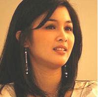 Sandra Dewi mengangis
