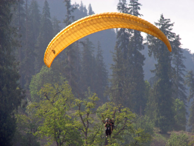 Famous place for Paragliding in Manali : Solang Valley surrounded by sow capped hills and Glaciers...: Posted by VJ on PHOTO JOURNEY @ www.travellingcamera.com : VJ, ripple, Vijay Kumar Sharma, ripple4photography, Frozen Moments, photographs, Photography, ripple (VJ), VJ, Ripple (VJ) Photography, VJ-Photography, Capture Present for Future, Freeze Present for Future, ripple (VJ) Photographs , VJ Photographs, Ripple (VJ) Photography : Solang valley is a side valley at the top of the Kullu Valley in Himachal Pradesh which is 15 km northwest of the resort town Manali on the way to Rohtang Pass and is known for its summer and winter sport conditions. The sports most commonly offered are parachuting, paragliding, skating etc....: Giant slopes of lawn comprise Solang Valley and provide it its reputation as a popular ski resort. A few ski agencies offering courses and equipment reside here and operate only during winters.