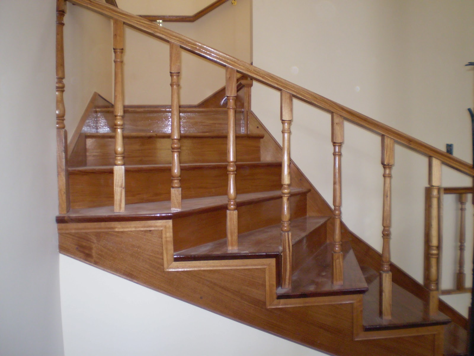 Todo en madera diferentes tipos de escaleras for Escaleras para casa chica