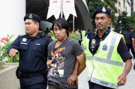 http://4.bp.blogspot.com/_XtONO9yL9ec/TUv6IbaBfDI/AAAAAAAAIJg/TkMKUX2BPhA/s1600/diantara-rakyat-yg-ditangkap-semasa-demo-diadakan-2-412x270.jpg