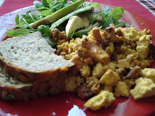 papara de tofu cu ciuperci; salata de rucola si avocado