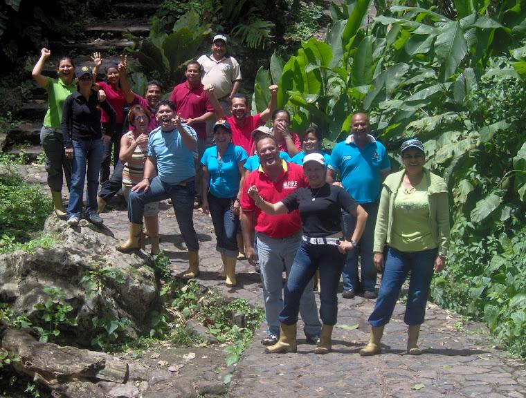 Participantes y nuestra facilitadora saliendo de la Cueva del Guácharo