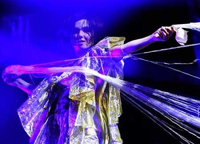 Björk danza por el escenario