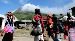 AS Bantu Korban Letusan Gunung Sinabung