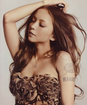 Namie Amuro -Sit!Stay!Wait!Down! / Love Story (Single) 07.12.2011 NamieAmuro121709