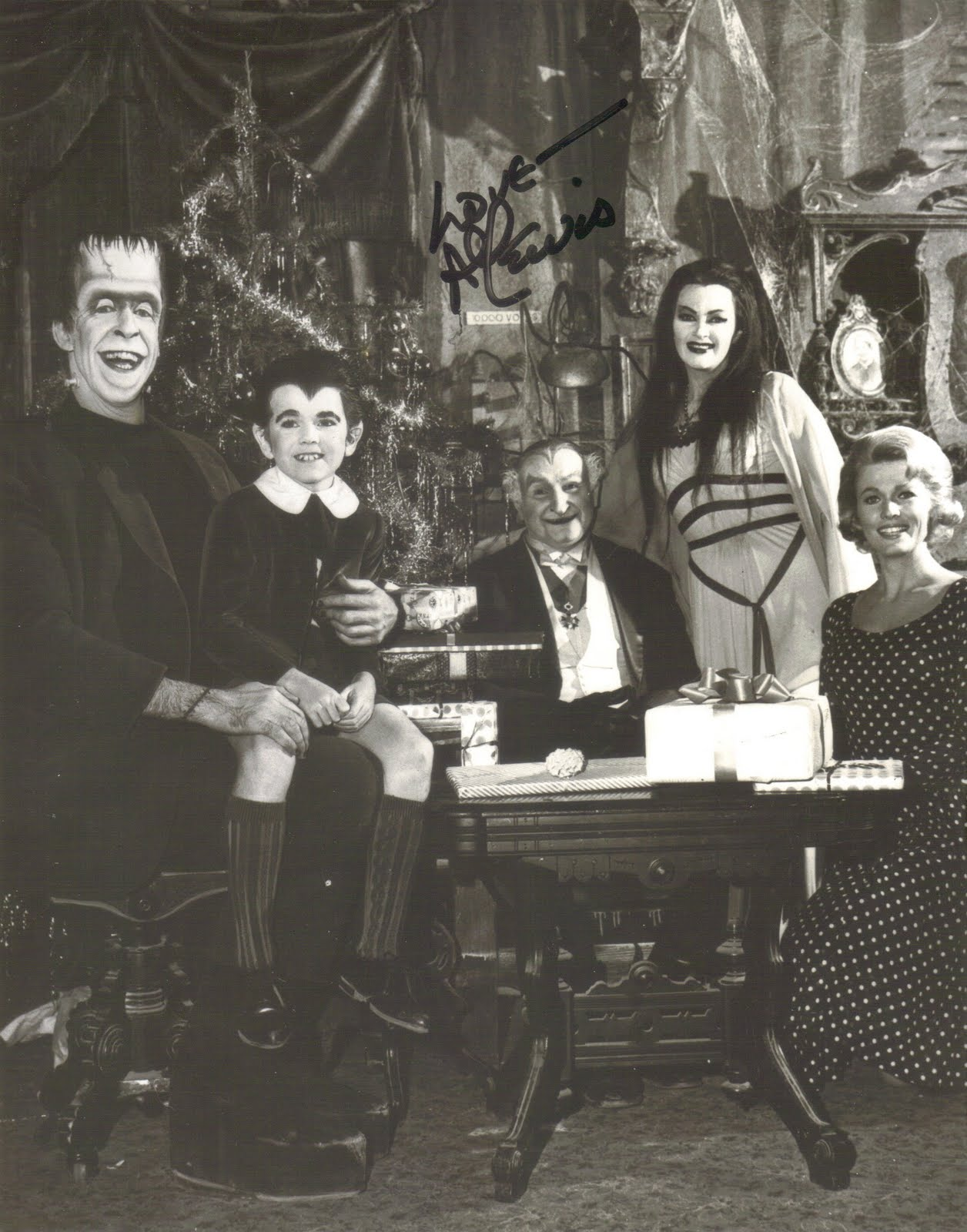 MERRY CHRISTMAS from THE MUNSTERS! Reblogged 1 year ago from trixietreats