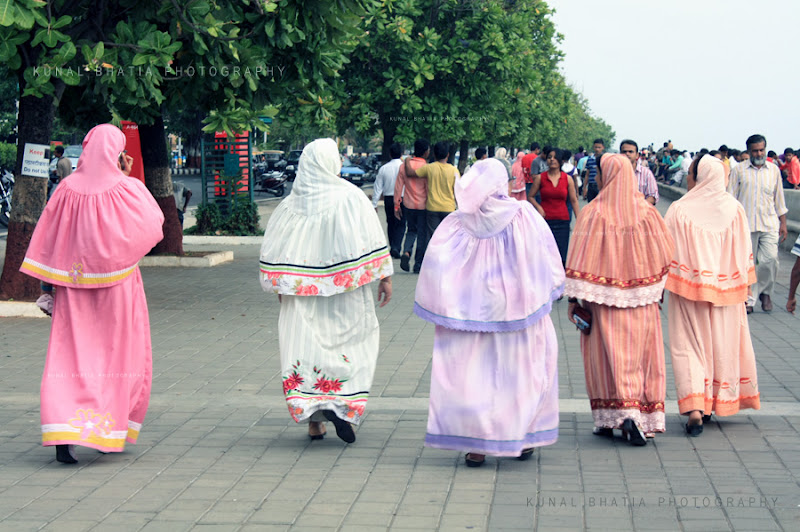 muslim women on en evening walk outing in marine drive in mumbai by kunal bhatia