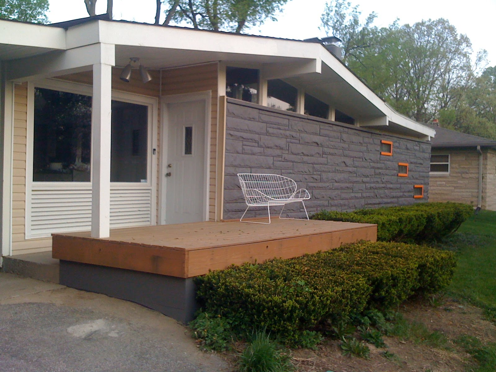 Mid century modern exterior painting livemodern your for Exterior modern house paint