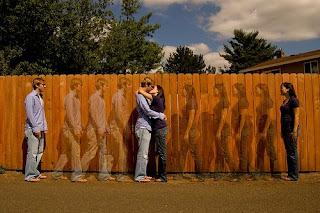 ilusión de movimiento de una pareja separada que camina hasta unirse en un beso