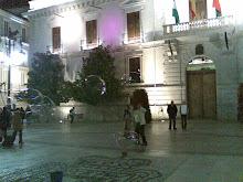 Levedad de unas macropompas de jabón. Frente al Ayuntamiento de Granada.