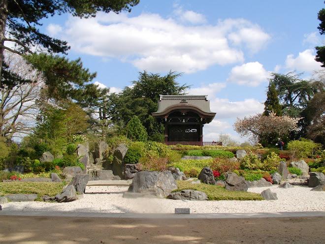 Pabellón japonés y jardín Zen en los Jardines Reales de Kew. Londres. Reino Unido.