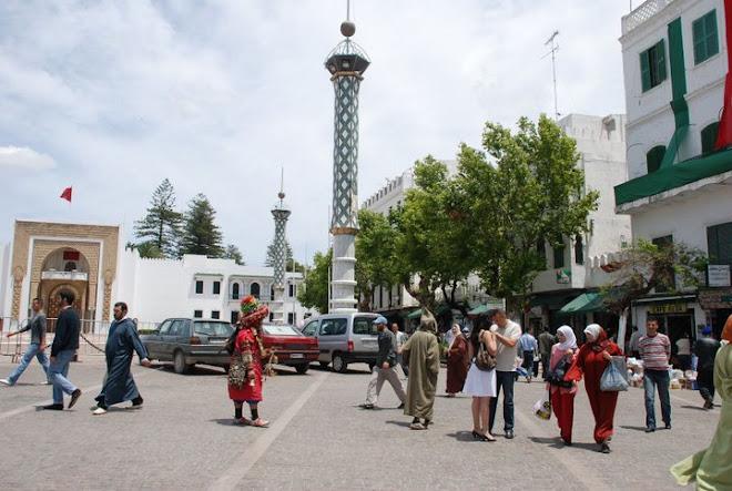 Vida cotidiana en la Plaza del Mechuar Al-Saíd de Tetuán. Reino de Marruecos.