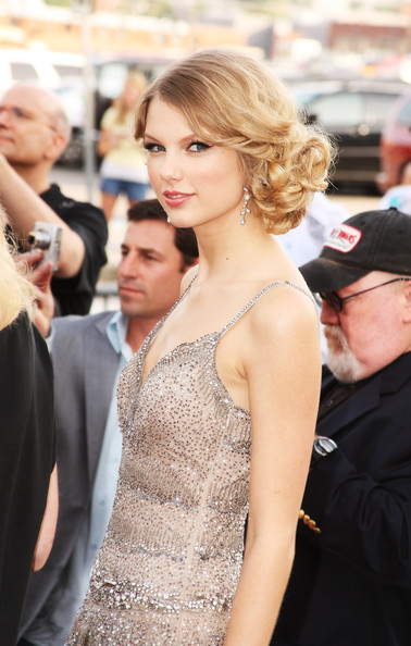 Taylor Swift New Hair 2010. Taylor Swift Celebrity